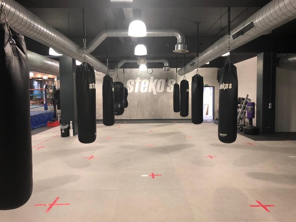 Stekos Studio München Kampfsport Sandsäcke Ring